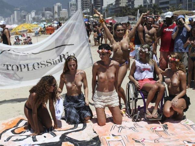 Las feministas protestan con los senos al aire Cromos