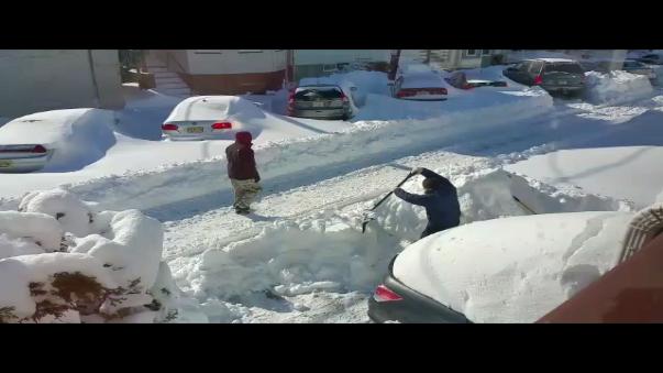 Habitantes de dicha localidad tienen que salir horas antes para remover la nieve.