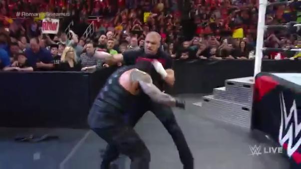 Así comenzó la pelea entre Triple H y Roman Reigns