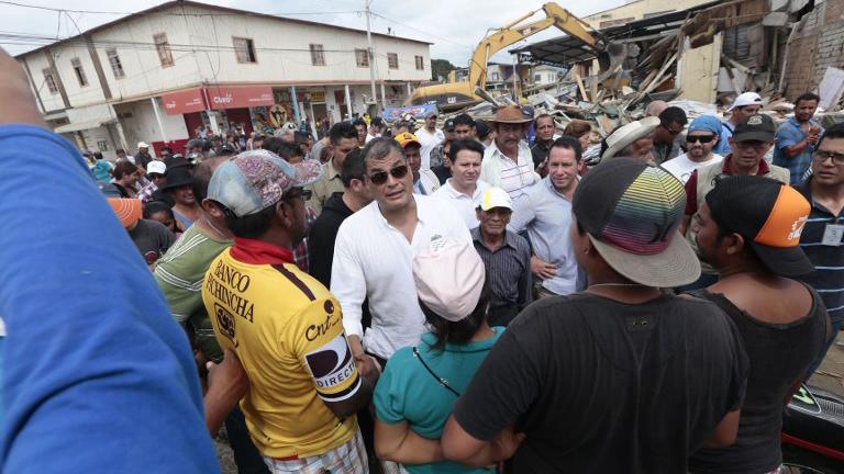 El presidente Rafael Correa escuchando las necesidades de los damnificados en una de las zonas afectadas por el terremoto.