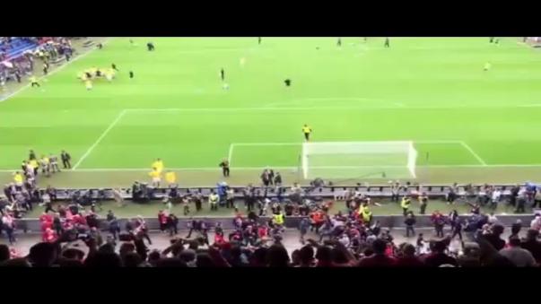 Pelea en el Liverpool vs. Sevilla.