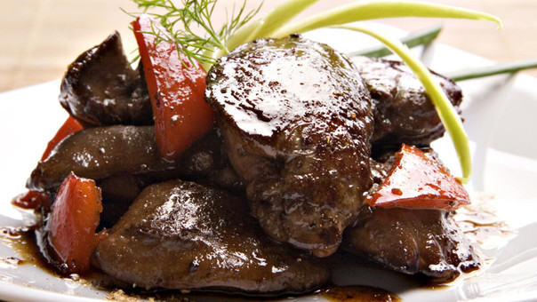El hígado aporta hierro, ácido fólico, entre otros nutrientes, importantes nutrientes para una mujer gestante.