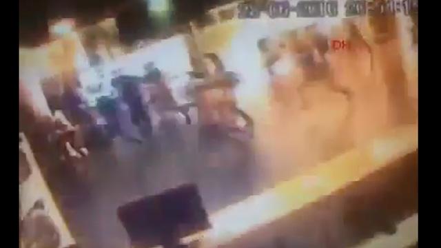 El video fue grabado por las cámaras de seguridad del aeropuerto Atatürk en Estambul.