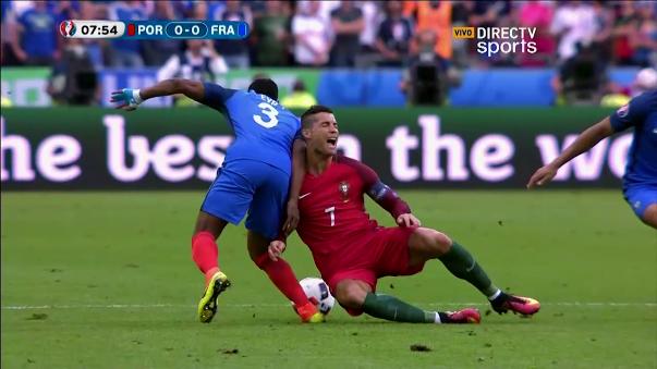 Cristiano Ronaldo se lesionó tras un choque con Dimitri Payet.