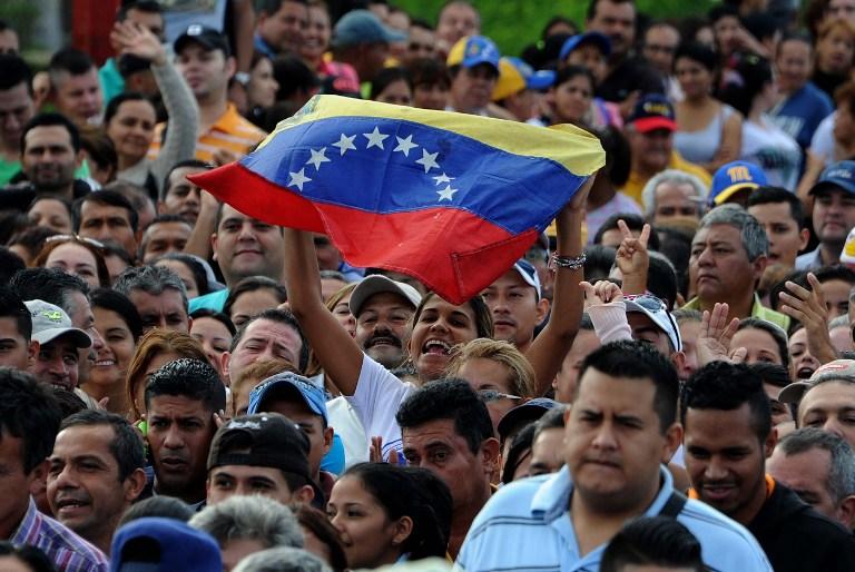 La reapertura de la frontera, tras casi un año cerrada, había sido anunciada para este domingo. No obstante, el sábado se abrió el paso por orden del gobierno venezolano, lo que se tradujo en que miles de personas viajaron a la ciudad colombiana de Cúcuta para comprar alimentos.