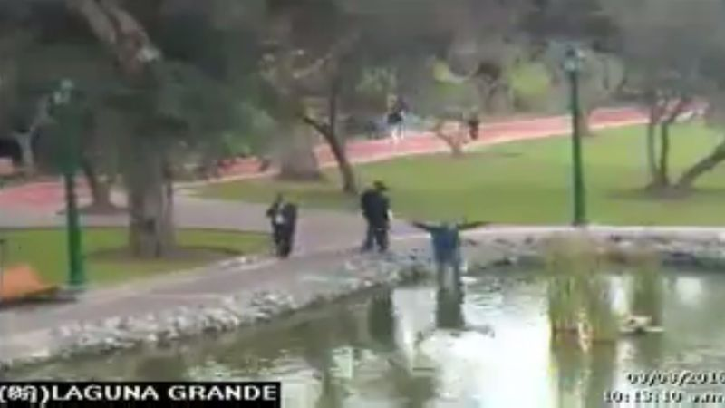 En el video, se aprecia al distraído hombre caminando hacia el estanque.
