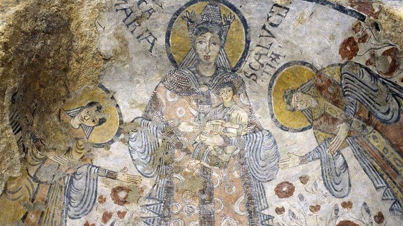 La cueva, conocida coloquialmente como la gruta de los cien santos, presenta un vasto ciclo pictórico cuyas imágenes emiten