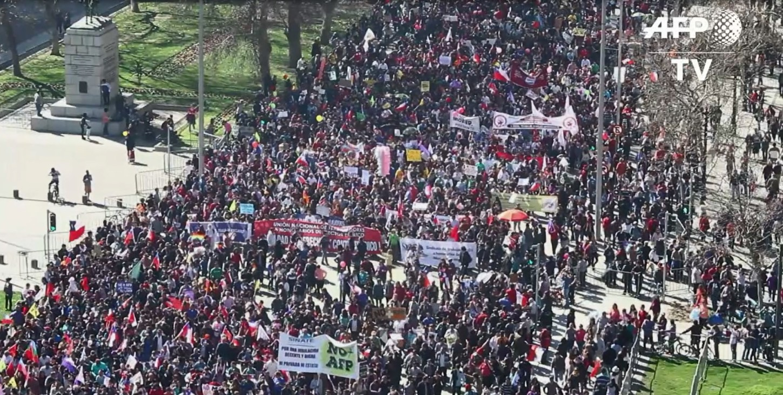 Un dron captó imágenes aéreas de la multitudinaria marcha.