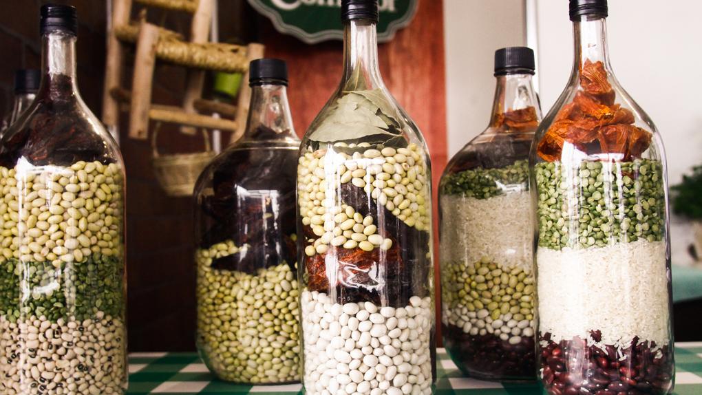 Los frejoles, las lentejas, los pallares y los garbanzos son algunas de las legumbres (menestras) más populares.