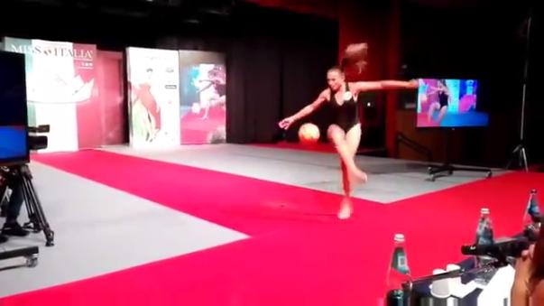 Miss Italia 2016 Debora Novellino mostró su talento para dominar balón