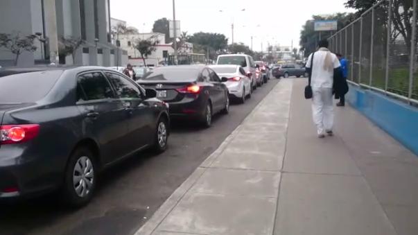 Como se ve en el vídeo, los autos que esperan estacionarse en el parqueo, toman casi todo un carril.