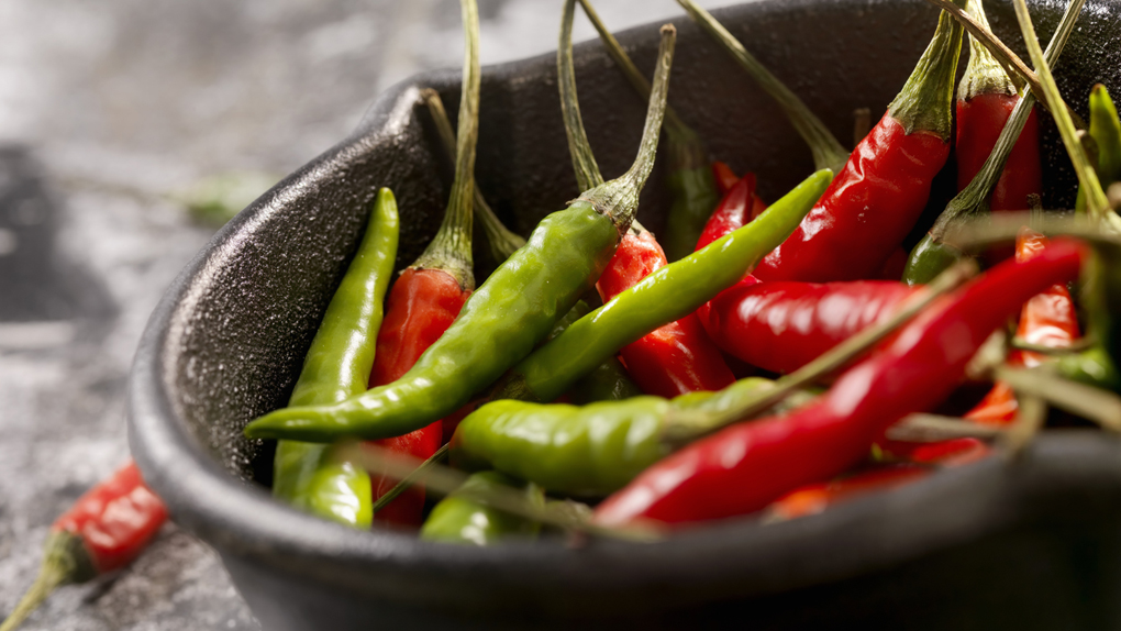 El ají contiene capsaicina, lo que provoca una sensación de calor en el cuerpo.