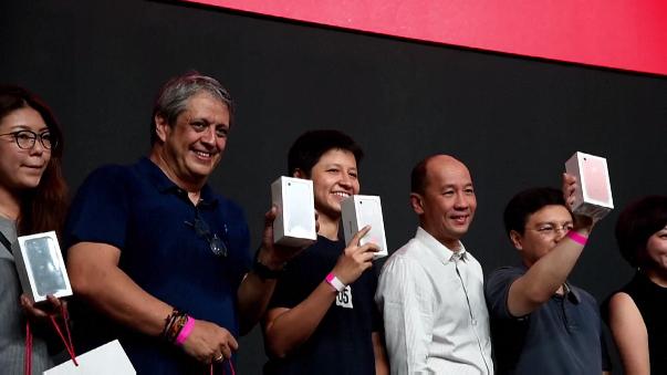 Aglomeraciones y modelos agotados en primer día de venta del iPhone 7