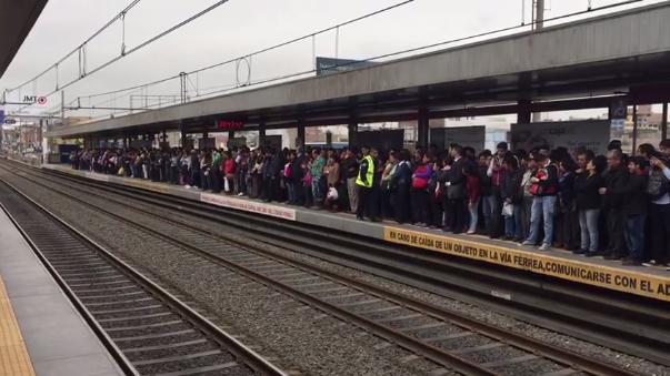 Los pasajeros se quedaron esperando trenes.