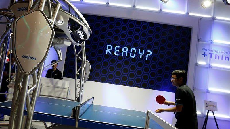 La inteligencia artificial que posee permite al aparato adaptar los parámetros para controlar la devolución de la pelota sobre la mesa de juego con una precisión de 5 centímetros.