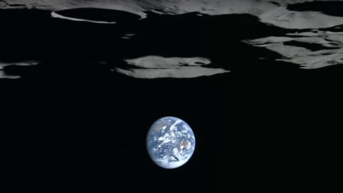 En este vídeo se presenta a la Tierra sobre el horizonte lunar, pero se ha invertido para identificar el polo sur de la Luna.