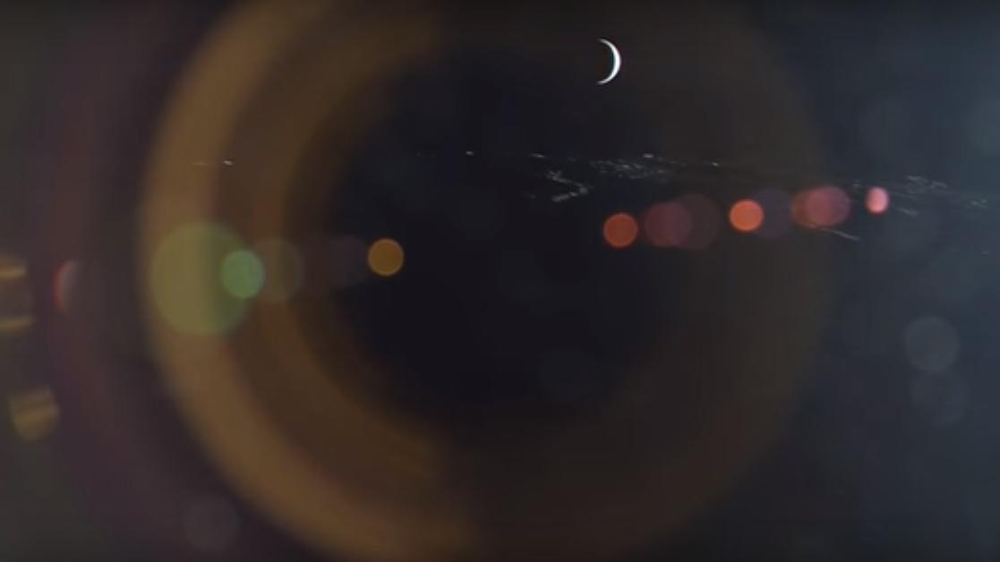 A pesar del brillo en el lente causado por el sol, el vídeo revela un precioso amanecer de la tierra, seguido por el surgimiento de Venus en forma de estrella. Este vídeo se ha acelerado hasta el doble de su ritmo original.