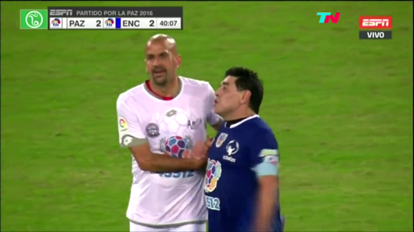 Diego Maradona y Juan Sebastián Verón generaron descontento en los hinchas con su pelea.