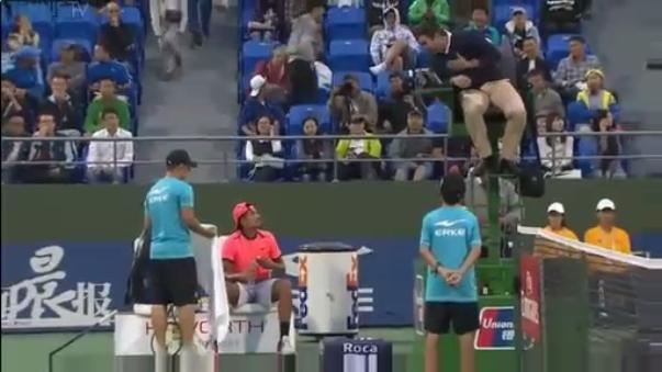 Ni el árbitro pudo persuadir al tenista.