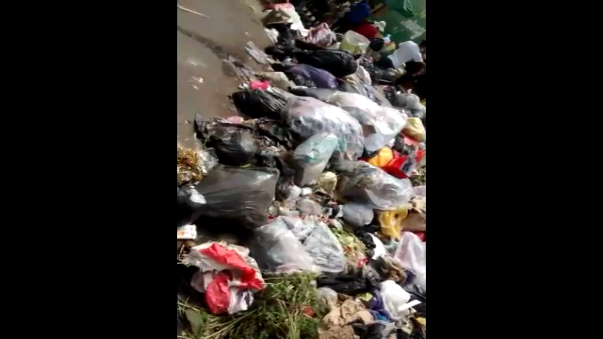 Basura acumulada afuera del mercado atenta contra la salud de los vecinos y emana un fétido olor en la zona