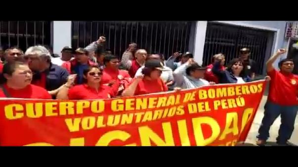 Protestaron frente al Congreso de la República.