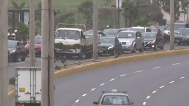 Los taxistas estacionaron sus vehículos ocupando dos carriles de la vía, provocando la congestión vehicular en la zona.