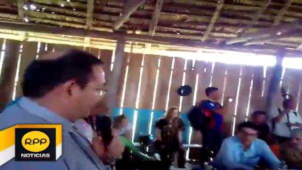 Durante la mesa de diálogo entre los representes del Ejecutivo y nativos de la comunidad de Saramurillo, se registró un incidente que terminó con el retiro del asesor del presidente de la República en conflictos sociales, Jorge Villacorta.