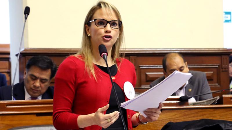 La legisladora trató de explicar sobre el pedido que hizo su comisión respecto que los responsables de la muerte de un comunero en Las Bambas son el grupo musulmán Hezbolá y Sendero Luminoso.