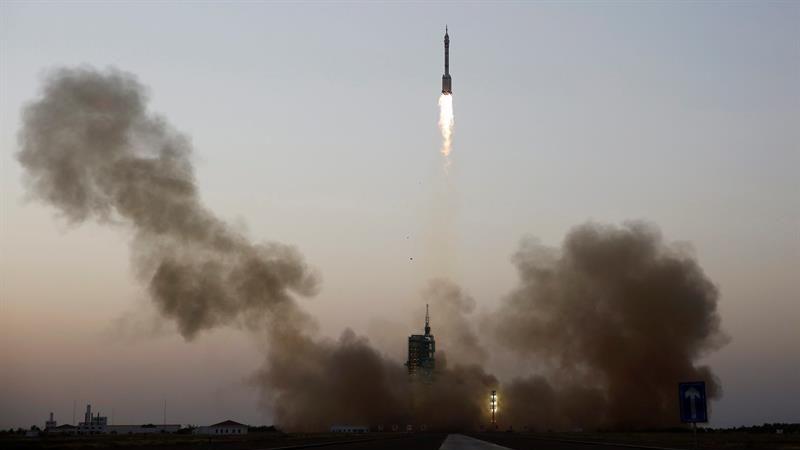 A pesar de que las últimas naves espaciales tripuladas del gigante asiático partieron con tres astronautas, en esta ocasión se prefirió reducir el equipo de abordo para alargar su estancia.