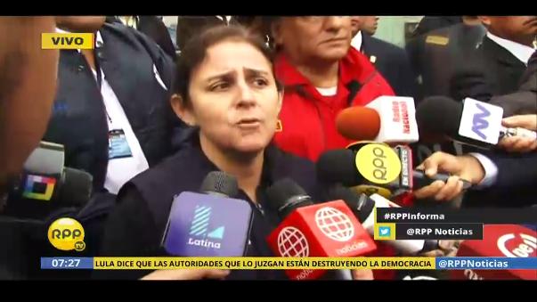 La ministra de Salud, Patricia García, llegó al almacén para recibir el informe de los bomberos y confirmó que se ha perdido el 80% de lo que había en su interior, entre medicamentos y documentos.
