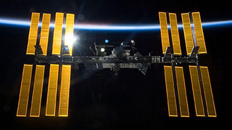 La EEI, un proyecto de más de 150.000 millones de dólares en el que participan 16 naciones, actualmente está integrada por 14 módulos permanentes y orbita a una velocidad de más de 27.000 kilómetros por hora a una distancia de 400 kilómetros de la Tierra.