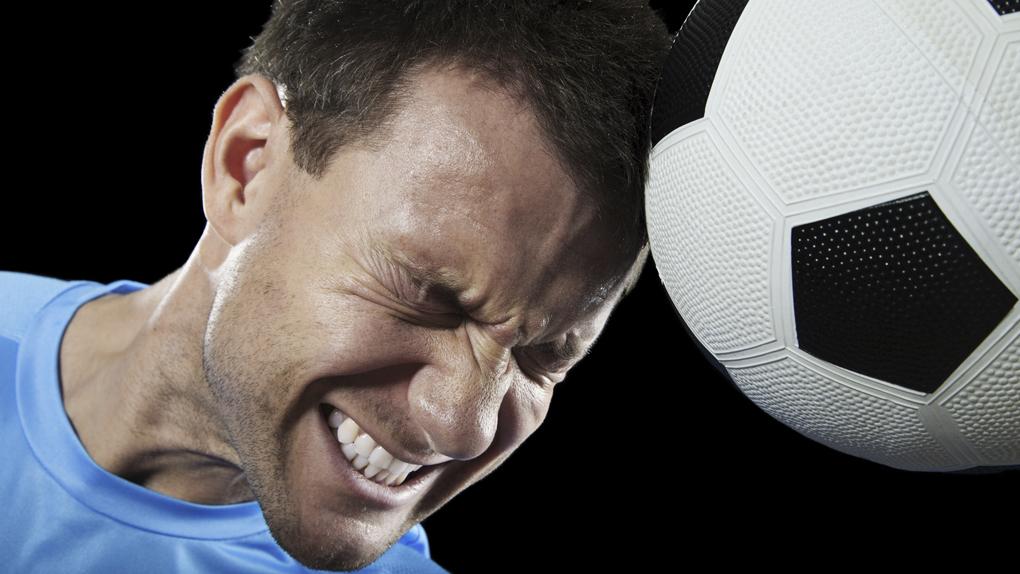 Frente a un duro impacto en el juego de cabeza o golpes accidentales, el jugador debe ser retirado del partido, más aún si hay pérdida de consciencia.