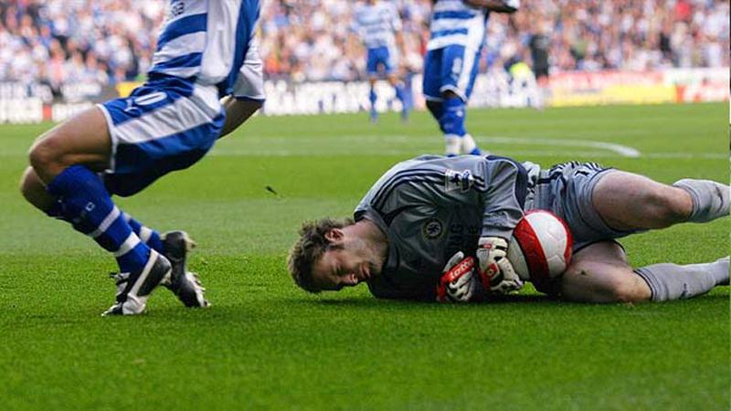 Luego de la entrada, Peter Cech jamás volvió a disputar un encuentro sin su casco protector.