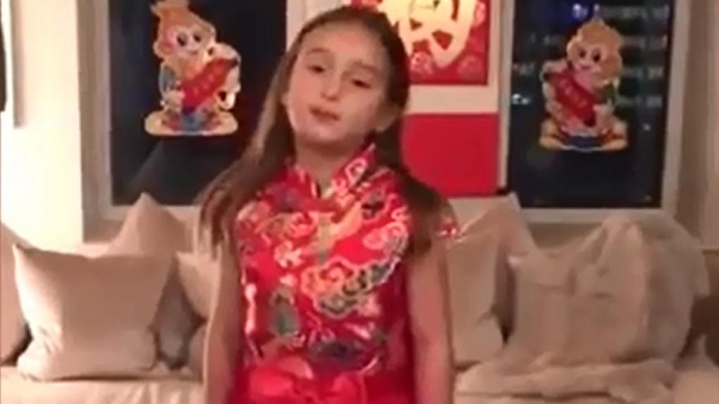 En el vídeo de YouTube, la pequeña Arabella sale vestida con un tutú rojo y una camisa con el corte de un