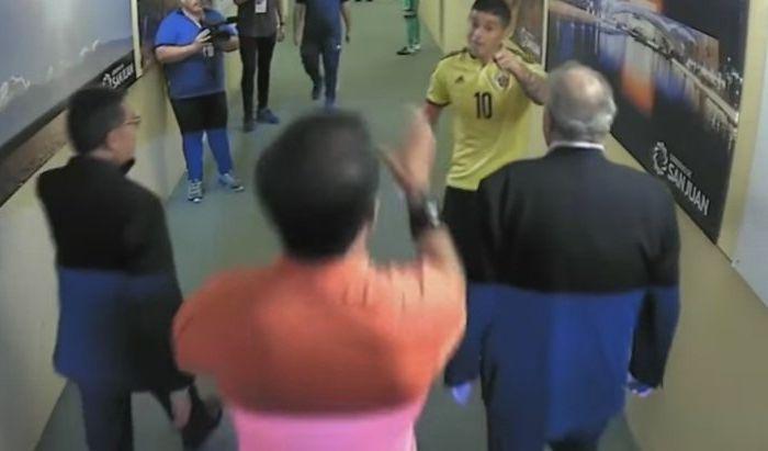 Momento exacto en el que James se le acercó al árbitro ecuatoriano.
