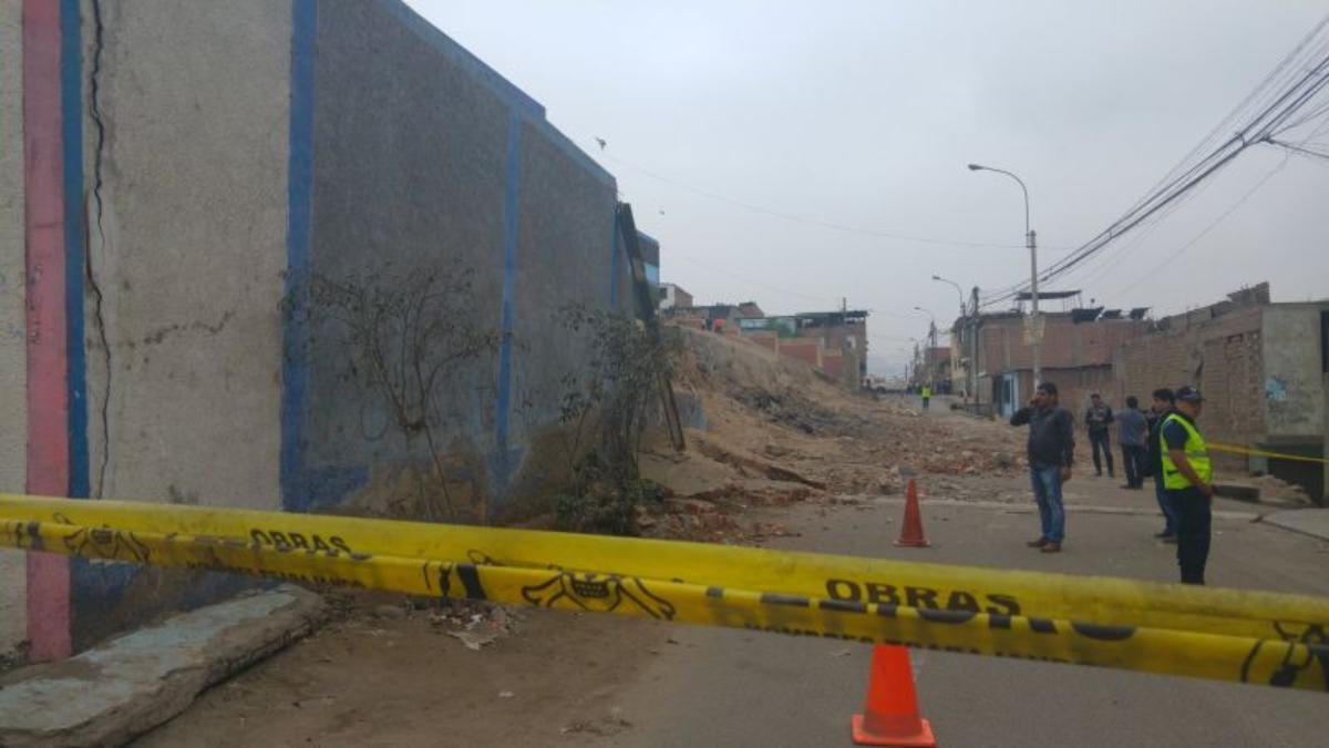 Así quedó la pared derrumbada del Colegio Andrés Avelino Cáceres.