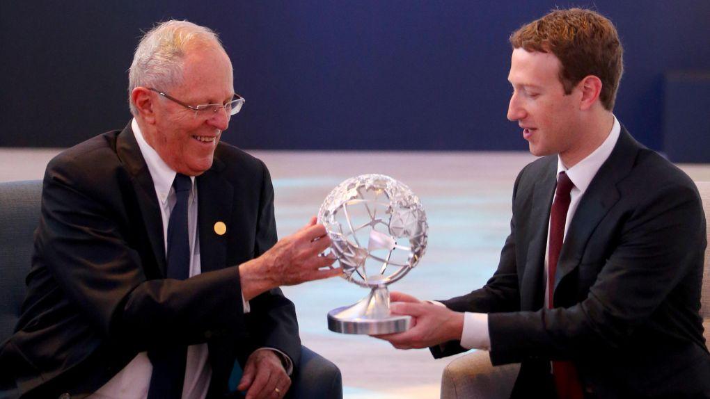 PPK le regaló a Mark Zuckerberg un globo terráqueo de metal. Kuczynski le regaló polos playeros, un libro sobre la selva y un bebecrece para su hija.