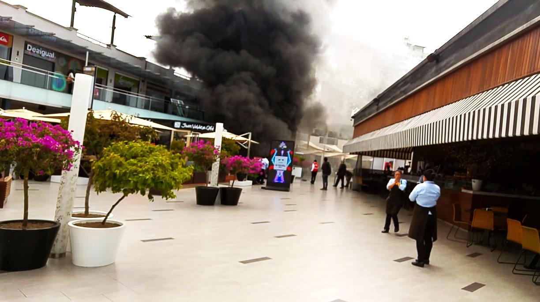 El humo salía con intensidad por la entrada al cine que está frente al bowling de Larcomar.