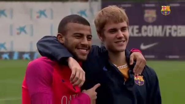 Neymar y Rafinha se quedaron a compartir algunas jugadas con él.