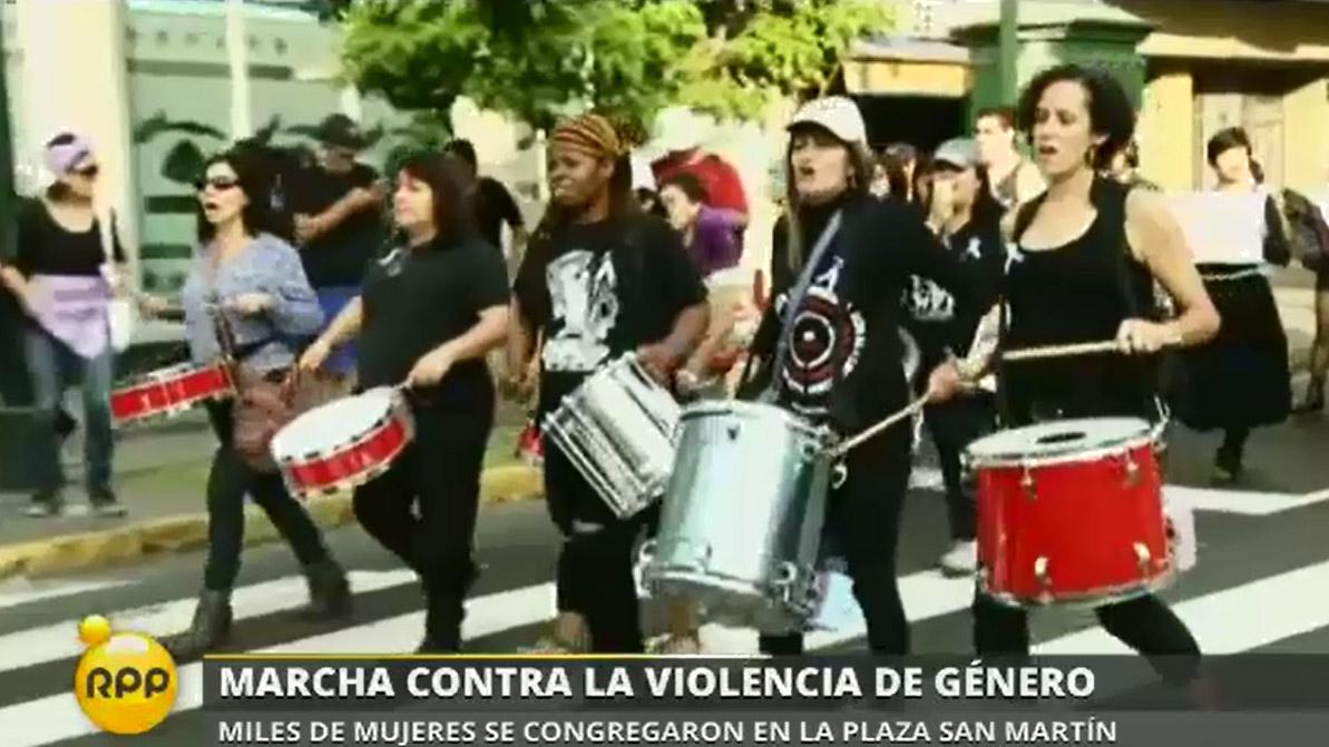 La marcha recorrió las calles del centro de Lima al son de tambores y cánticos contra la violencia de género.