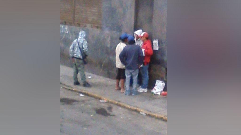 Gente de mal vivir, que según vecina, se drogan, se cortan y hasta defecan en la calle Carlos de los Heros.