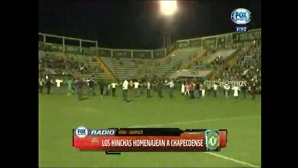 Homenaje de hinchas al equipo de Chapecoense.