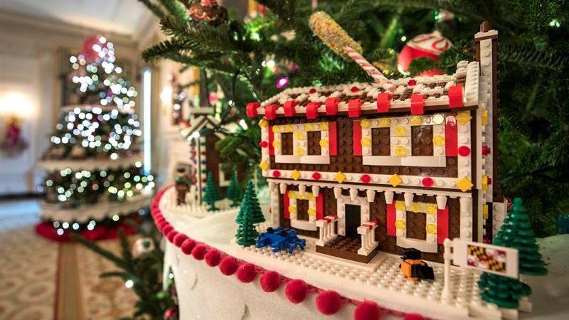 Las casas de jengibre fueron hechas con más de 200.000 piezas de Lego.
