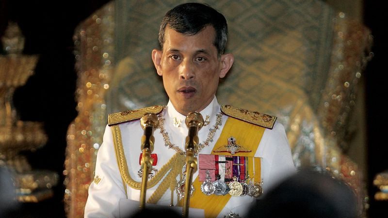 El nuevo rey ha vivido gran parte de su vida en el extranjero desconectado de los quehaceres de la Corona y no ha heredado la popularidad de la que gozó su padre.