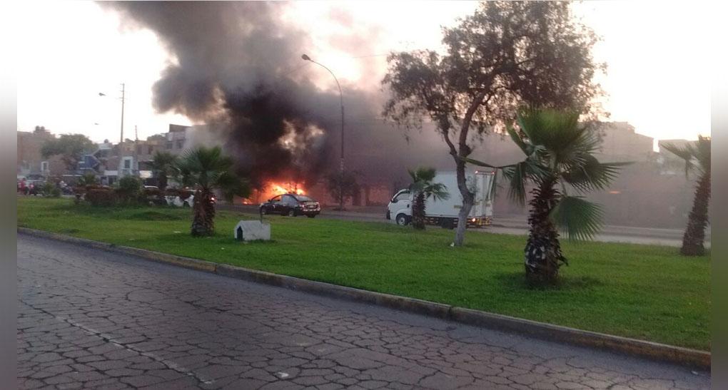 Incendio de custer alarmó a peatones y transportistas. No se reportaron víctimas.
