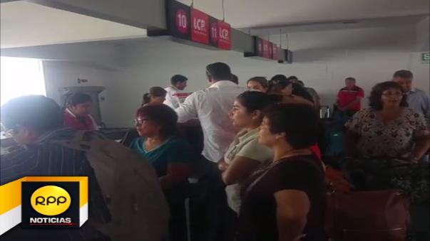 Pasajeros piden reprogramación inmediata de sus vuelos.