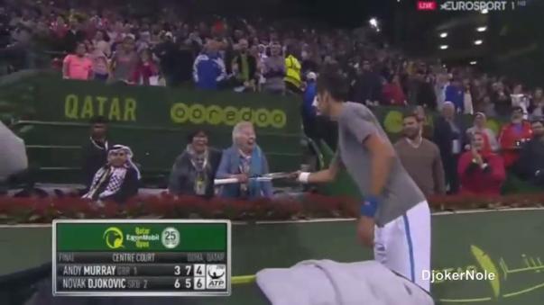 Al final del partido, 'Nole' le regaló una raqueta a una emocionada anciana.