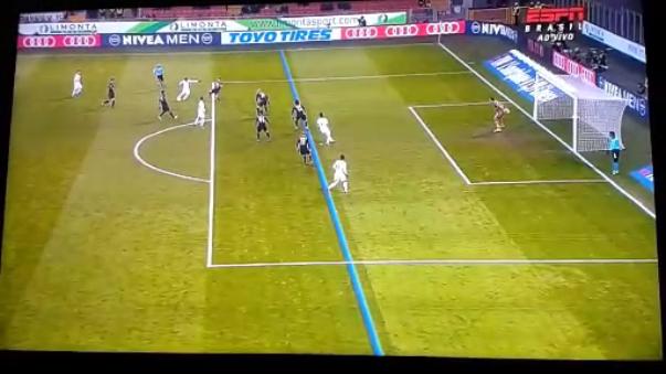 Cagliari protestó por un gol anulado al chileno Mauricio Isla en la segunda mitad. Las cámaras de TV demostraron que sí estaba en posición adelantada.