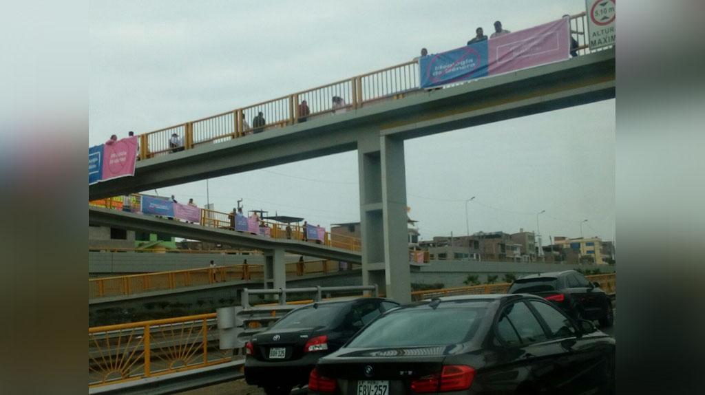 Puente luce con pancarta en contra de la ideología de género.