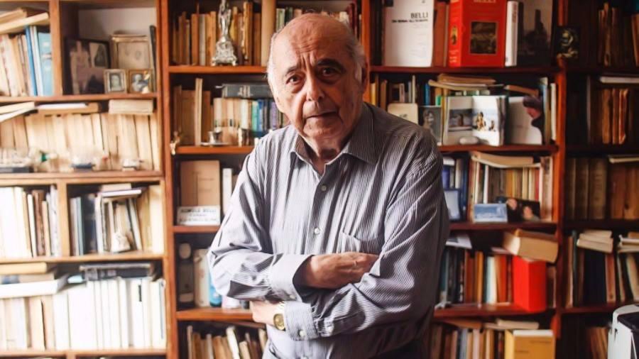 Carlos Germán Belli en su biblioteca, donde escribe poemas a mano y en computadora.